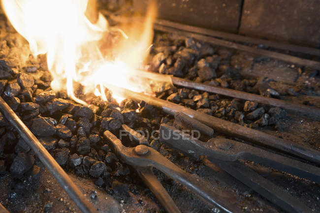 Кузнец клещи для ковки в печи — стоковое фото