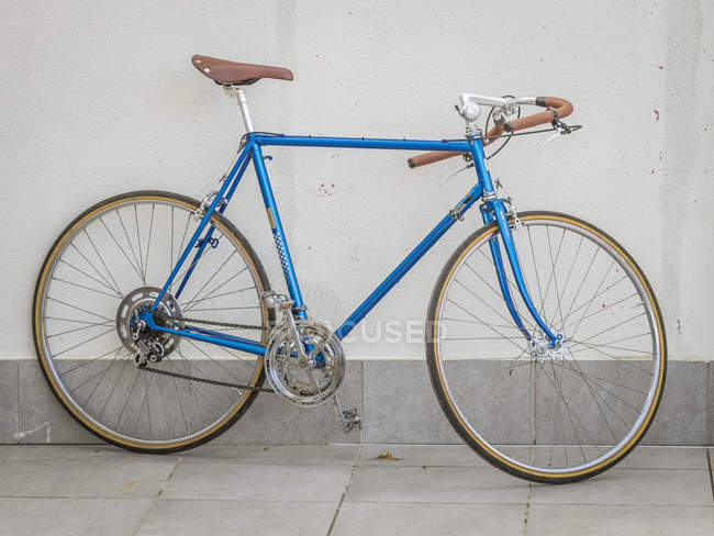 Retro styled bicycle in front of wall — Stock Photo