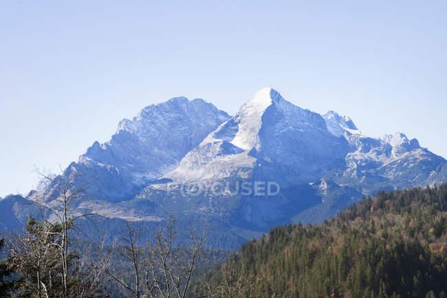 Aussichtsreiche Aussicht auf Wald und schneebedeckten Wetterstein in den bayerischen Alpen, Deutschland — Stockfoto
