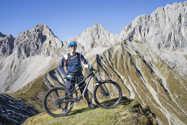 Mountain biker enjoying panoramic view mountain top in Tyrol, Austria — Stock Photo