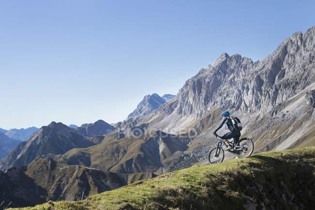 Mountain bike ammirando la vista panoramica sulla cima di montagna, Tirolo, Austria — Foto stock