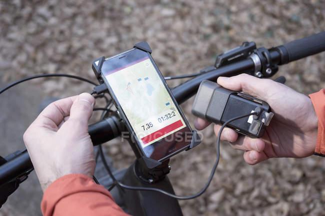 VTT connexion GPS avec chargeur de batterie externe — Photo de stock
