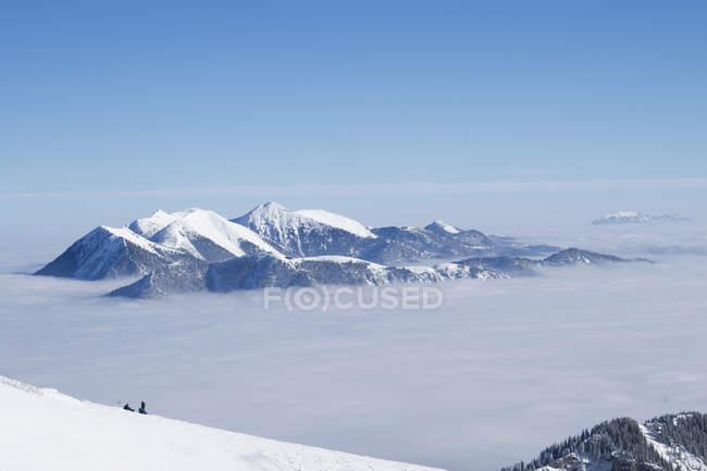Vue aérienne de personnes reposant sur la pente dans les montagnes de Ester en Haute-Bavière, Allemagne, Europe — Photo de stock