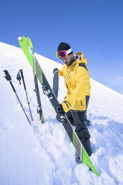 Человек, снимая лыж кожи на склоне горы в Баварии, Германия, Европа — стоковое фото