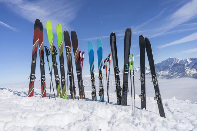 Лыжи и лыжные палки в снега в горах, Баварии, Германия, Европа — стоковое фото