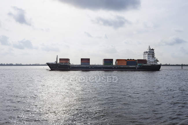Container ship sailing on river Elbe in Hamburg, Germany — Stock Photo