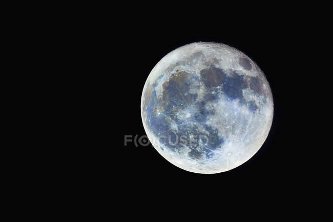 Luna piena contro il cielo nero di notte — Foto stock
