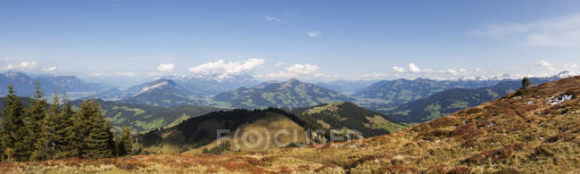 Panoramic view of mountain range and cloudy sky in Austria — Stock Photo