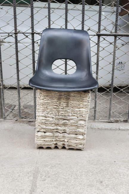 Кресло Extempore из переработанного картона — стоковое фото