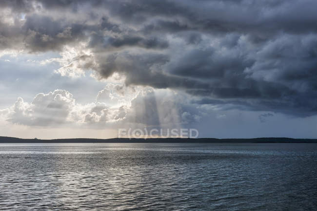 Scenic view of sunbeams over sea against cloudy sky, La punta, Cienfuegos, Cuba — Stock Photo