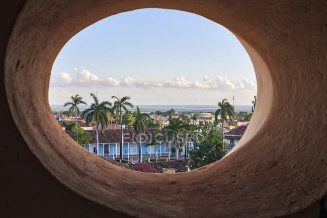 Plaza Mayor vista desde la ventana oval, Trinidad, Cuba - foto de stock