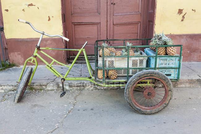 Carrinho de abacaxi tradicional na rua de Trinidad, Cuba — Fotografia de Stock