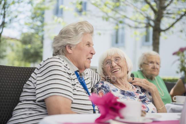 Старші жінки, підтримуючи сніданок столом похилого віку — стокове фото