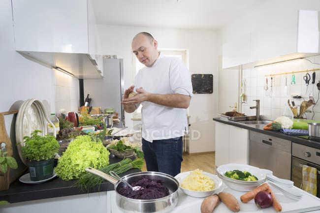 Meados adulto chef preparar bolinhos na cozinha privada — Fotografia de Stock