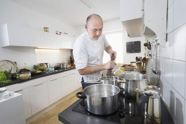 Gewürz Brühe auf Herd in modernen Küche Kochen — Stockfoto
