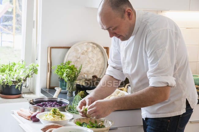 Chef prepara legumes na cozinha moderna — Fotografia de Stock