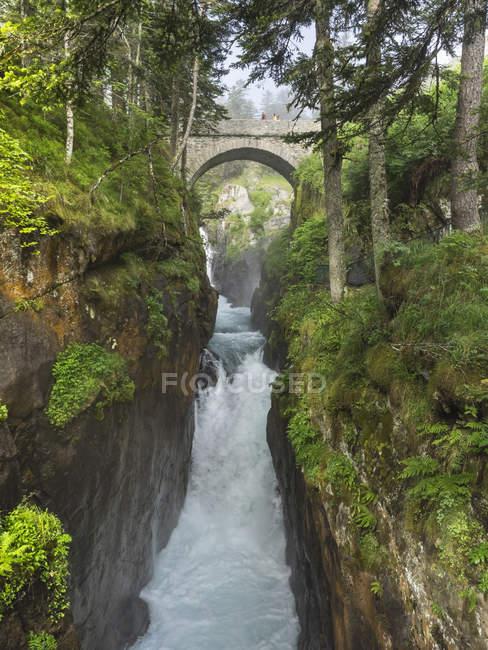 Puente Pont dEspagne sobre el río Gave de Cauterets con turistas que pasan por Francia . - foto de stock