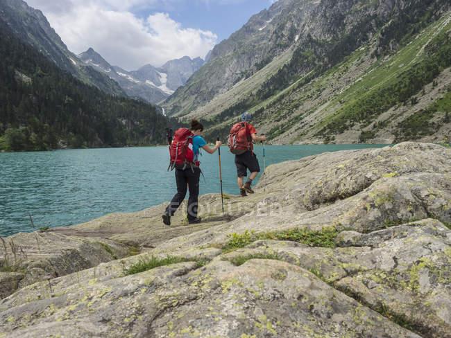 Мужчина и женщина, походы в высоких Пиренеях недалеко от Gaube озера, Котертеса, Франция — стоковое фото