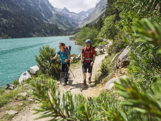 Man and woman hiking in High Pyrenees near Gaube Lake, Cauterets, France — Stock Photo