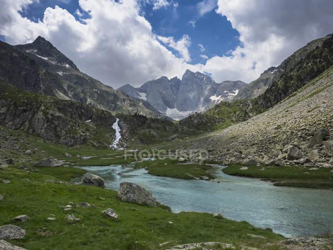 Vista panorámica del lago de Gaube y montaña del Vignemale, Pirineos, Francia - foto de stock