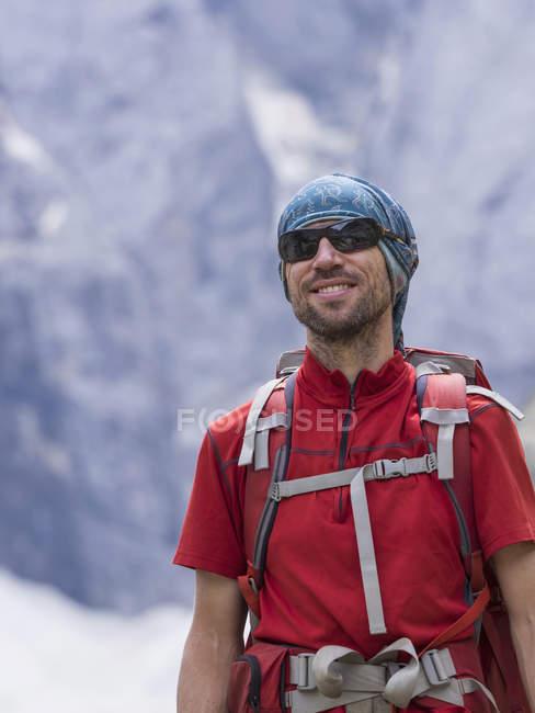 Чоловічий backpacker у високих Піренеях, Котеретс, Франція — стокове фото