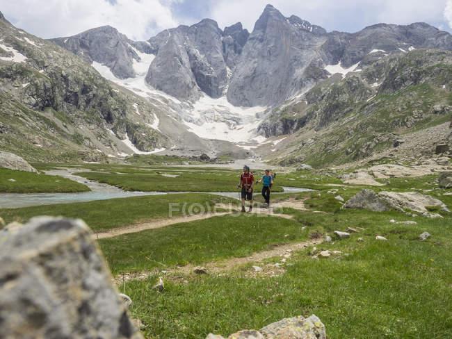 Чоловік і жінка походи в високий Піренеях перед гори Vignemale, Котеретс, Франція — стокове фото