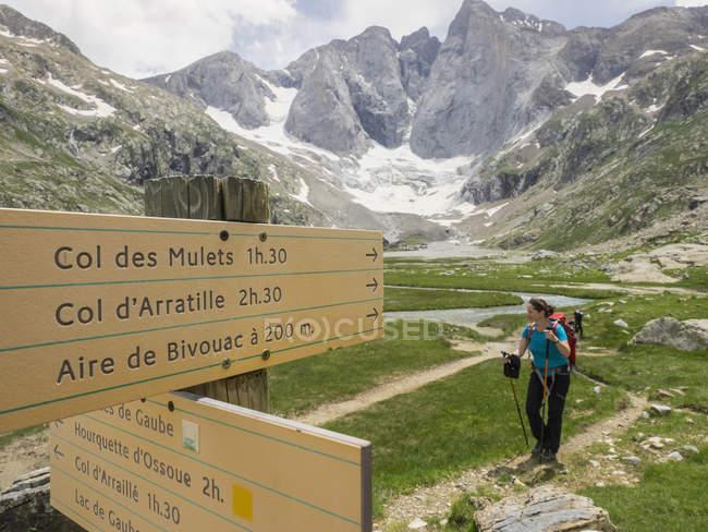 Туристичні Вивіска і жінка походи в високий Піренеях, Котеретс, Франція — стокове фото