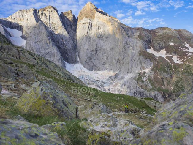 Жіночий мандрівного піднятися на гору Vignemale у високих Піренеях, Котеретс, Франція — стокове фото