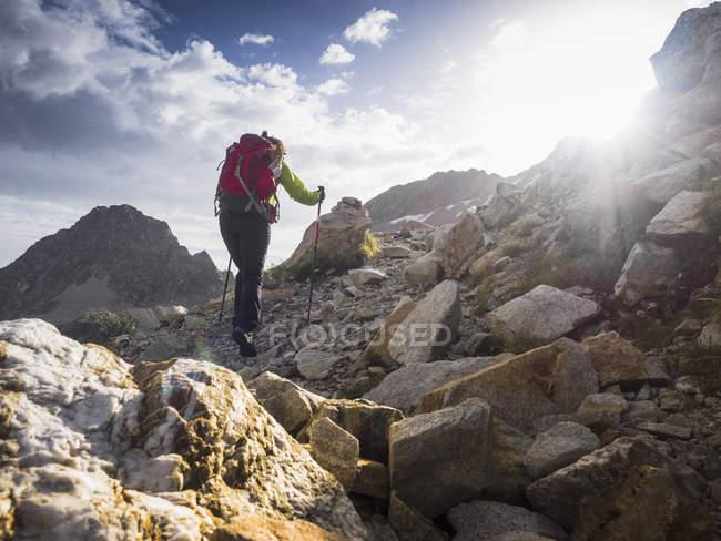 Senderista subiendo al monte Vignjalá en los Altos Pirineos, Cauterets, Francia - foto de stock