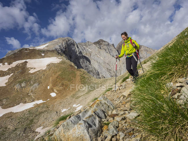 Woman hiking in High Pyrenees at mount Vignemale, Cauterets, France — Stock Photo
