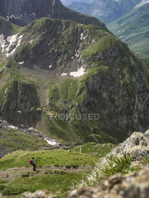Excursionista femenina desciende de Hourquette paso a Valle en Gavarnie, Francia - foto de stock
