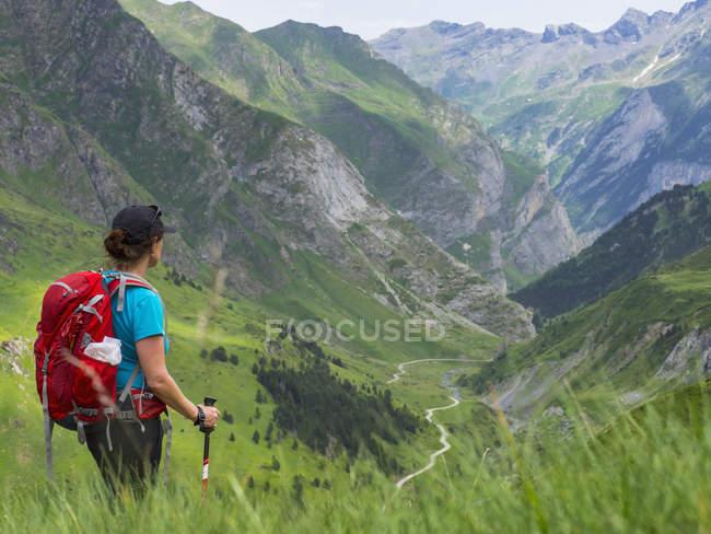 Жінка дивиться на перегляд у високих Піренеях в долині Гаварні, Франція — стокове фото