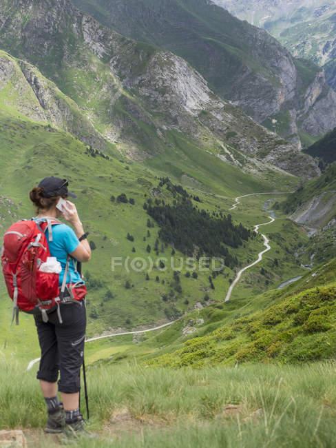 Donna matura che parla al cellulare in Alti Pirenei, Gavarnie, Francia — Foto stock
