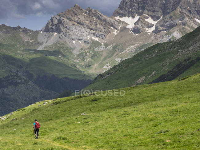 Woman descending to Gavarnie valley in High Pyrenees, France — Stock Photo