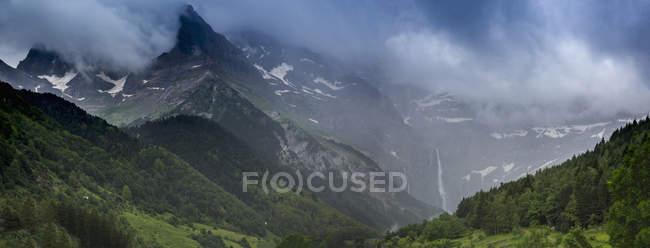 Мальовничі гірські краєвид Cirque de Гаварні, Верхні Піренеї, Франція — стокове фото