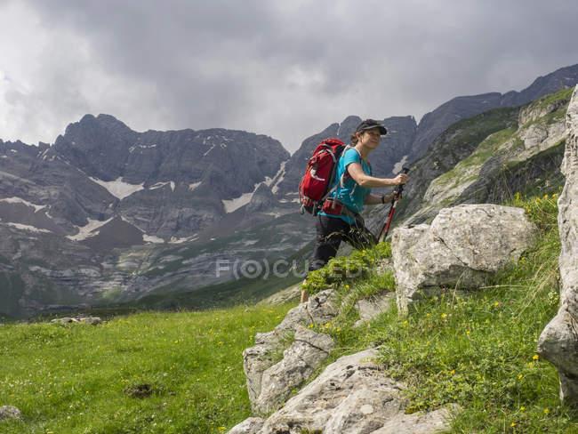 Excursionista femenina en Altos Pirineos con vista del circo de Estaube, Gavarnie, Francia - foto de stock