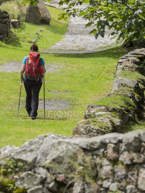 Escursionista a piedi sulla vecchia strada nel villaggio di Heas in Alti Pirenei, Francia — Foto stock