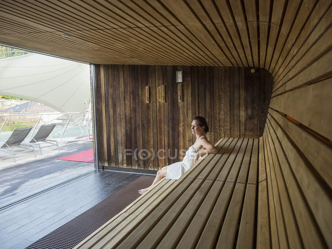 Mature lady in der sauna
