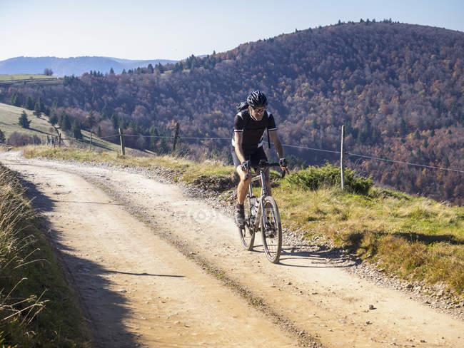 Гонщик на велосипеде во время велотура возле Гранд-Баллона, Вогс, Франция — стоковое фото