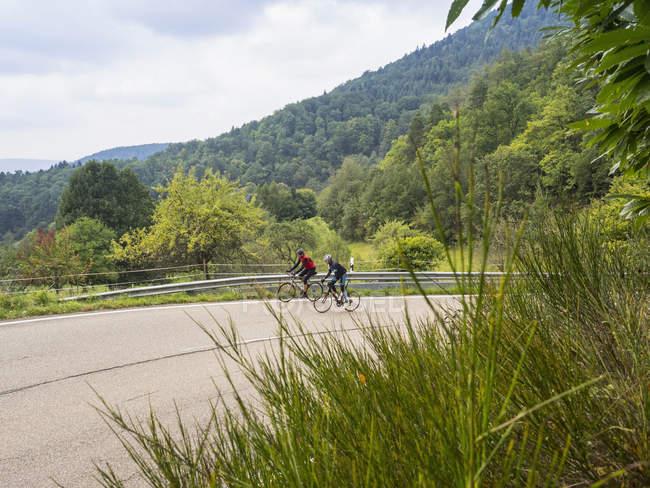 Zwei Männer auf Fahrrädern auf Fahrradtour unterwegs im Schwarzwald, Deutschland — Stockfoto