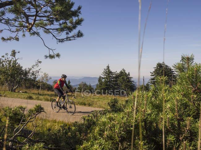 Mann reiten Fahrrad auf Radtour im nördlichen Schwarzwald, Deutschland — Stockfoto