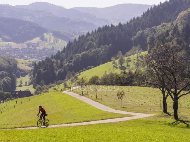 Mann radelte auf Radtour auf Wiese im Nordschwarzwald — Stockfoto