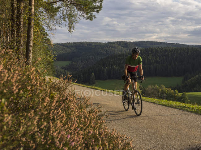 Мужчина на велосипеде во время велотура по дороге в Северном Шварцвальде, Германия — стоковое фото