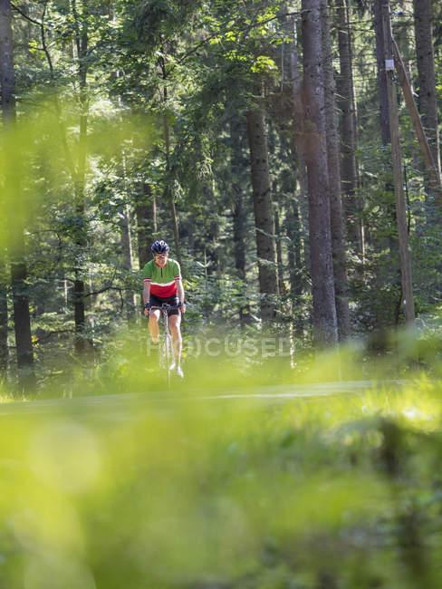 Зрелые велосипедист езда велосипеде велосипедный тур в середине Шварцвальд, Германия — стоковое фото
