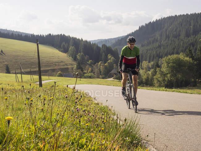 Человек зрелого возраста на велосипеде во время велотура в Среднем Шварцвальде, Германия — стоковое фото
