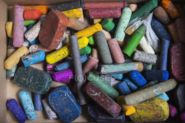 Gros plan de la boîte de craies colorées . — Photo de stock