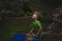 Маленький хлопчик холдингу лійка — стокове фото