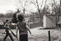 Kleine Jungs mit Fledermäusen Spielzeug — Stockfoto