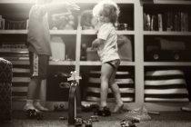 Kleine Brüder spielen mit Spielzeug — Stockfoto