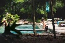 Симпатичный мальчик в бассейне — стоковое фото